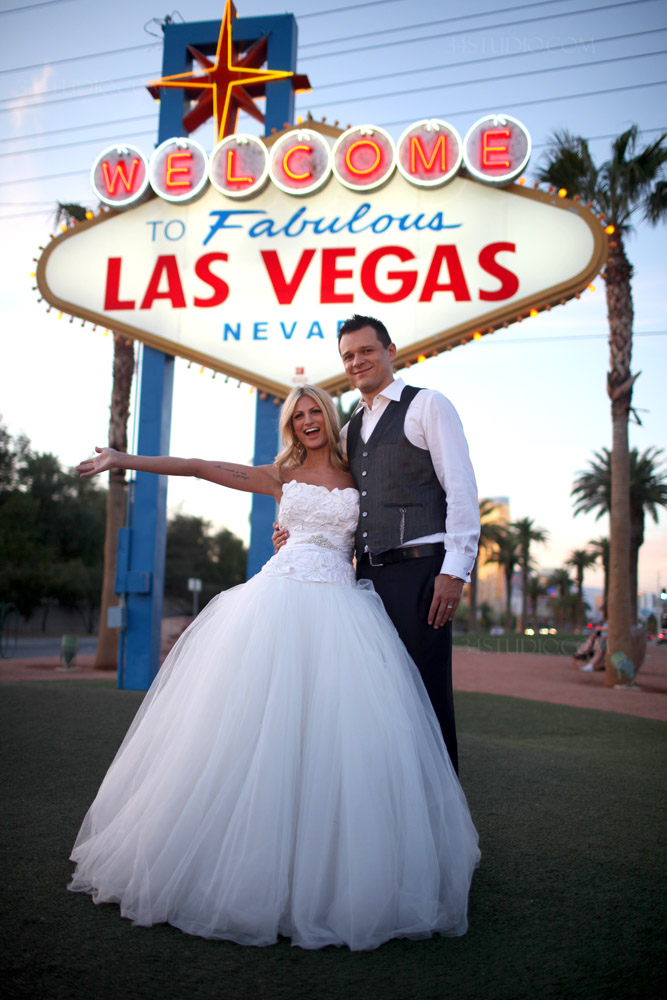 Welcome to Las Vegas sign wedding photo Couple is very happy
